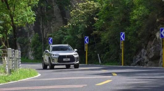 9月24日P8通发稿二:稀有的混动豪华SUV,WEY P8开起来咋样?1217.png