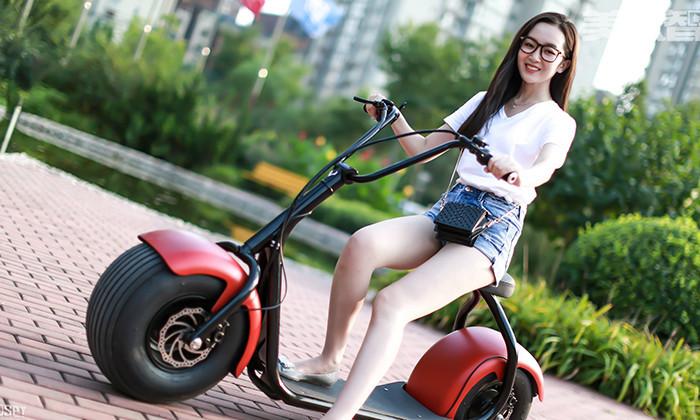 如果是那些压马路的屌丝们,看到骑电动车的美女忍不住多看两眼,还算说得过去。可是那些开着豪车的男人,看到这些穿着短裙的电动车美女,也会忍不住多看两眼呢?  等红灯的时候遇见一位骑着电动车的美女,而且还带着头盔,看来是遵守交通规则的好车主!话说这样的一个美女,无论到哪里都会成为人们眼中一道靓丽的风景线!不多说了,马上就是绿灯了,抓紧时间多看两眼!  两位骑电动车的妹子,虽然没能看到正面,不过我能知道这辆电动车非常不错。不过妹子一边汽车一边打电话可不好哦,万一磕一下碰一下,可是会有人心疼的。还有后面的妹子也是,